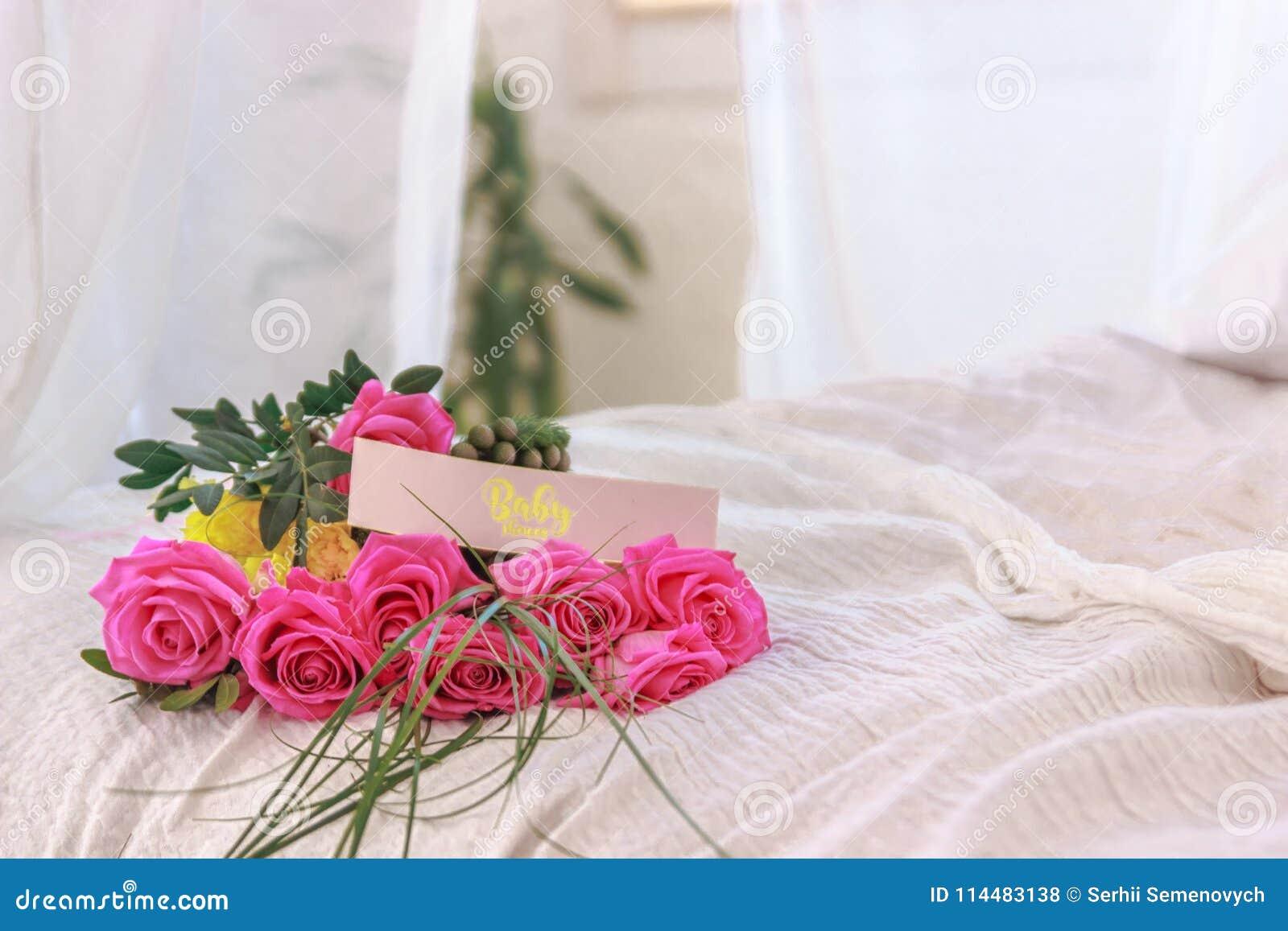 Menchii róża na łóżku