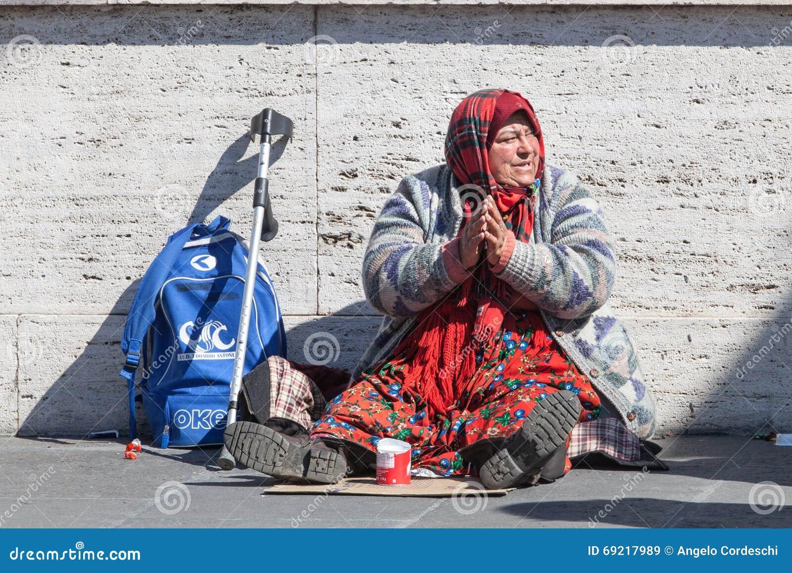 Mendiant sans abri Femme demandant l aumône rue l Italie Rome