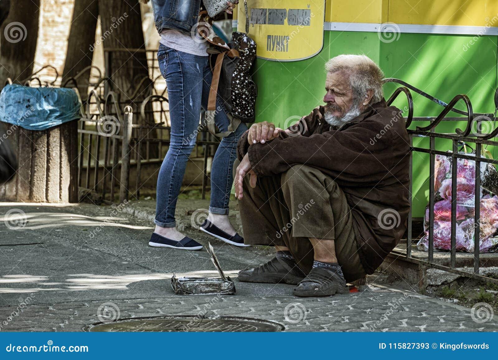 Mendicante occupato giù ed elemosinare