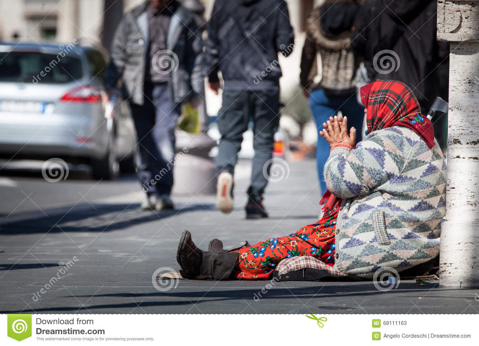 Mendigo sin hogar Mujer que pide limosnas calle Foro romano del Th