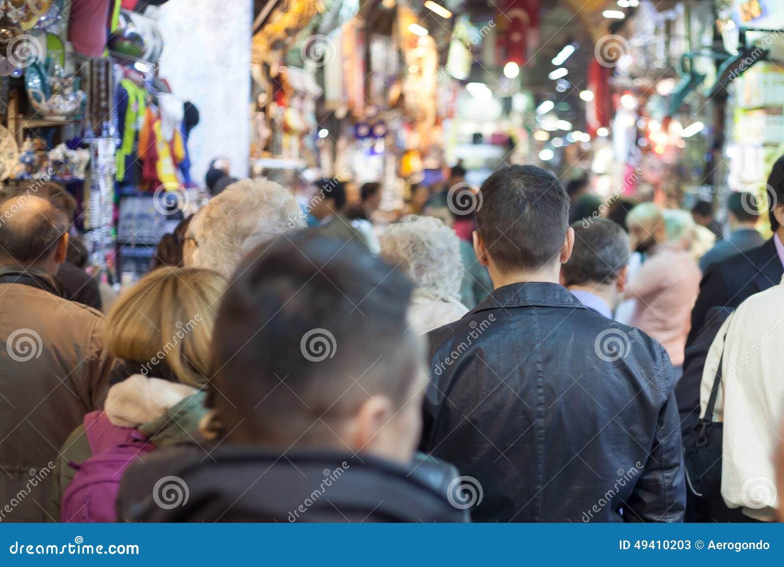 Download Menge am türkischen Markt redaktionelles stockfoto. Bild von rückseite - 49410203
