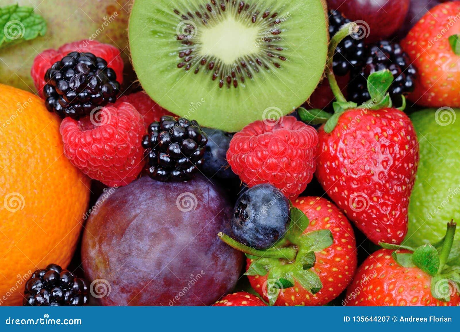 Mengeling van vruchten op achtergrond