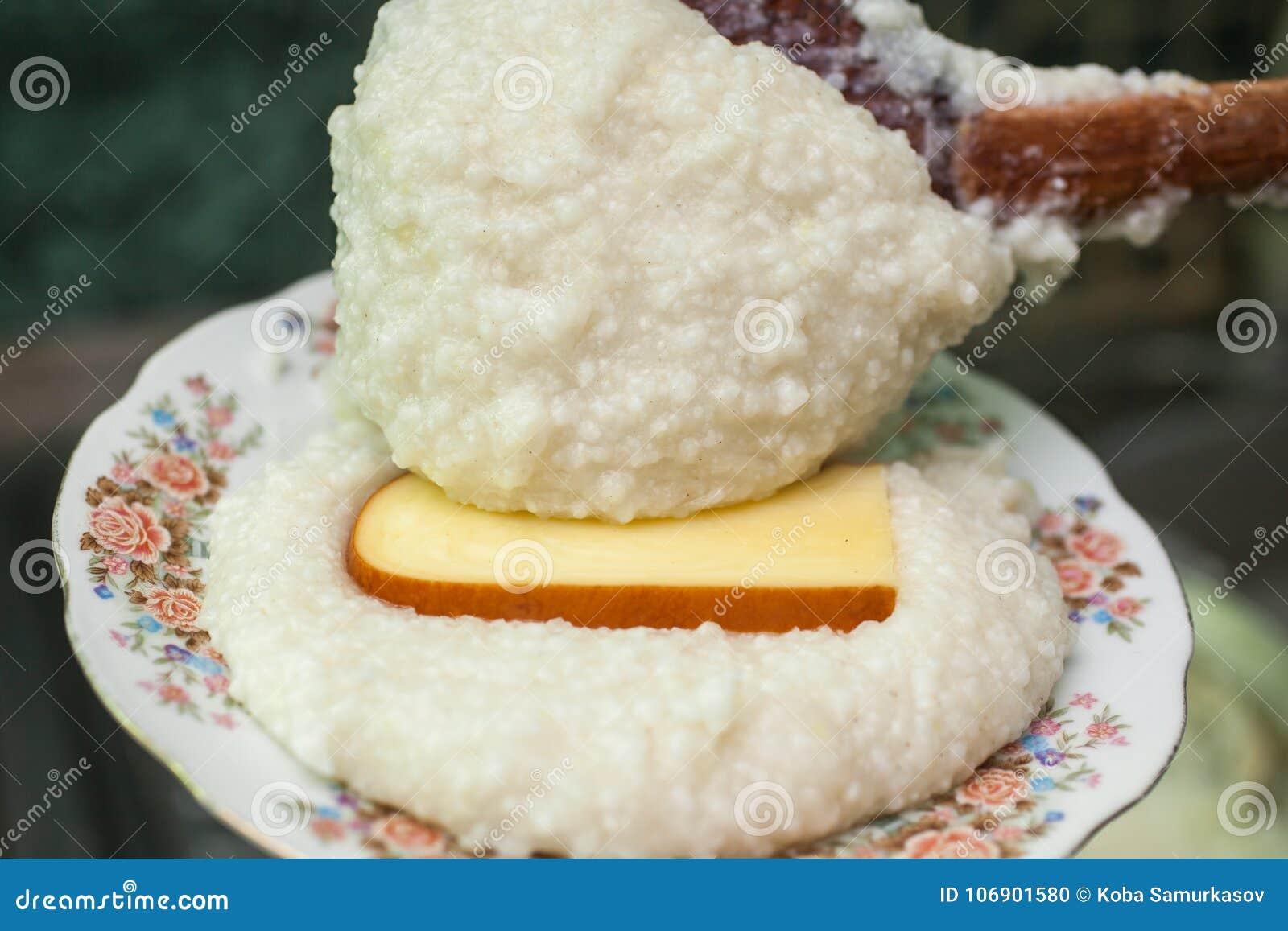 Mengrelian mamalica kukurydzany ghomi z serem Gruziński traditio