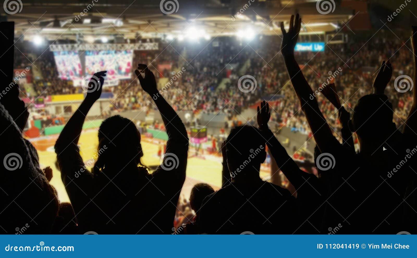 Menigte die bij basketbalstadion toejuichen