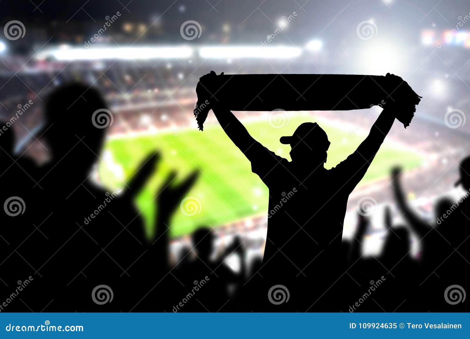 Menigte en ventilators in voetbalstadion Mensen in voetbalspel