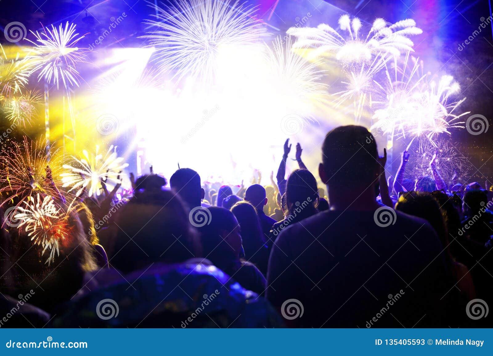 Menigte het letten op vuurwerk - abstracte de vakantieachtergrond van Nieuwjaarvieringen