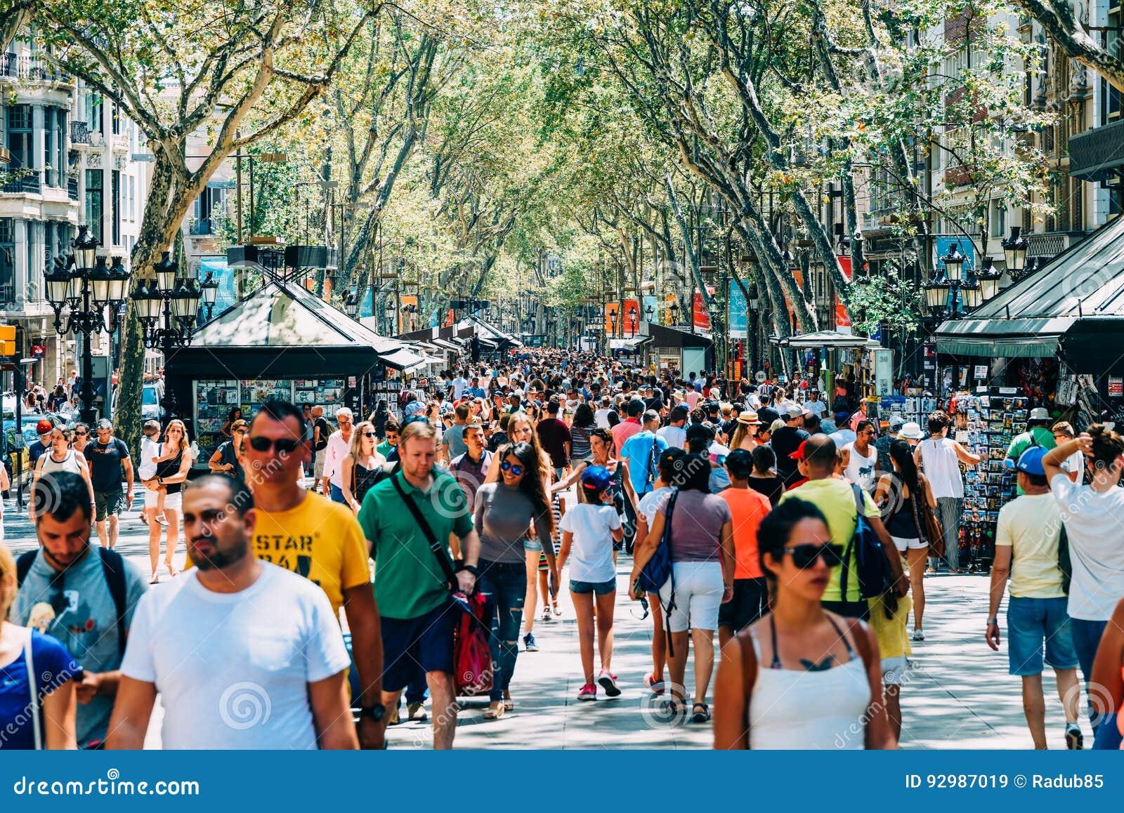 Menigte van Mensen in de Centrale Stad van Barcelona op de Straat van La Rambla