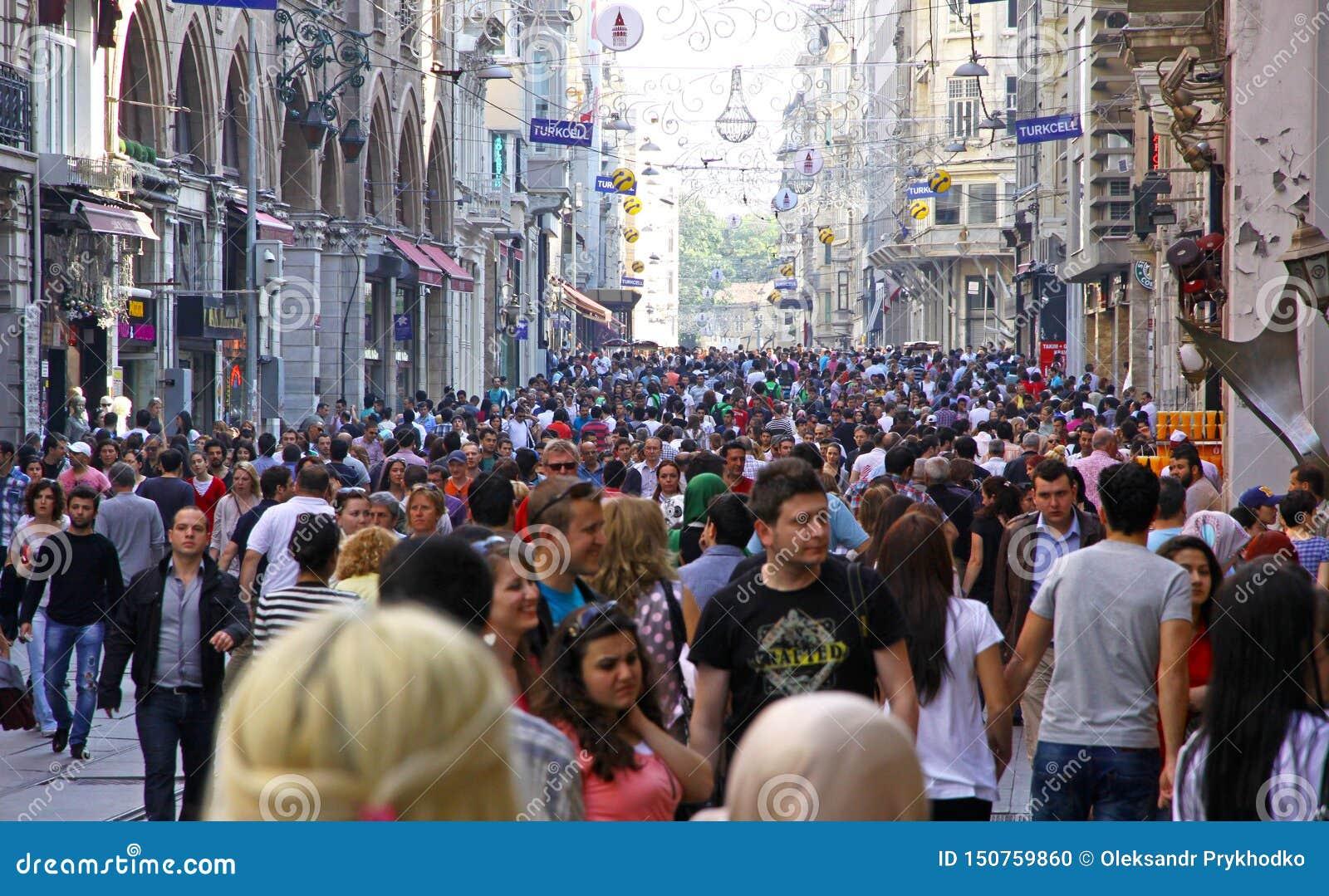 Menigte van mensen die op Istiklal-straat in Istanboel, Turkije lopen