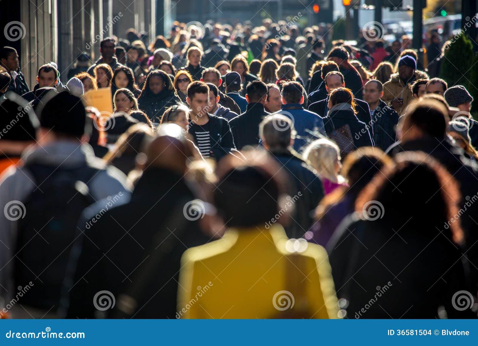 Menigte van mensen die op stadsstraat lopen