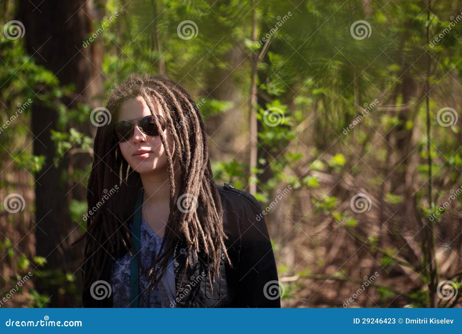 Download Menina à Moda Com Dreadlocks Imagem de Stock - Imagem de moderno, outdoors: 29246423