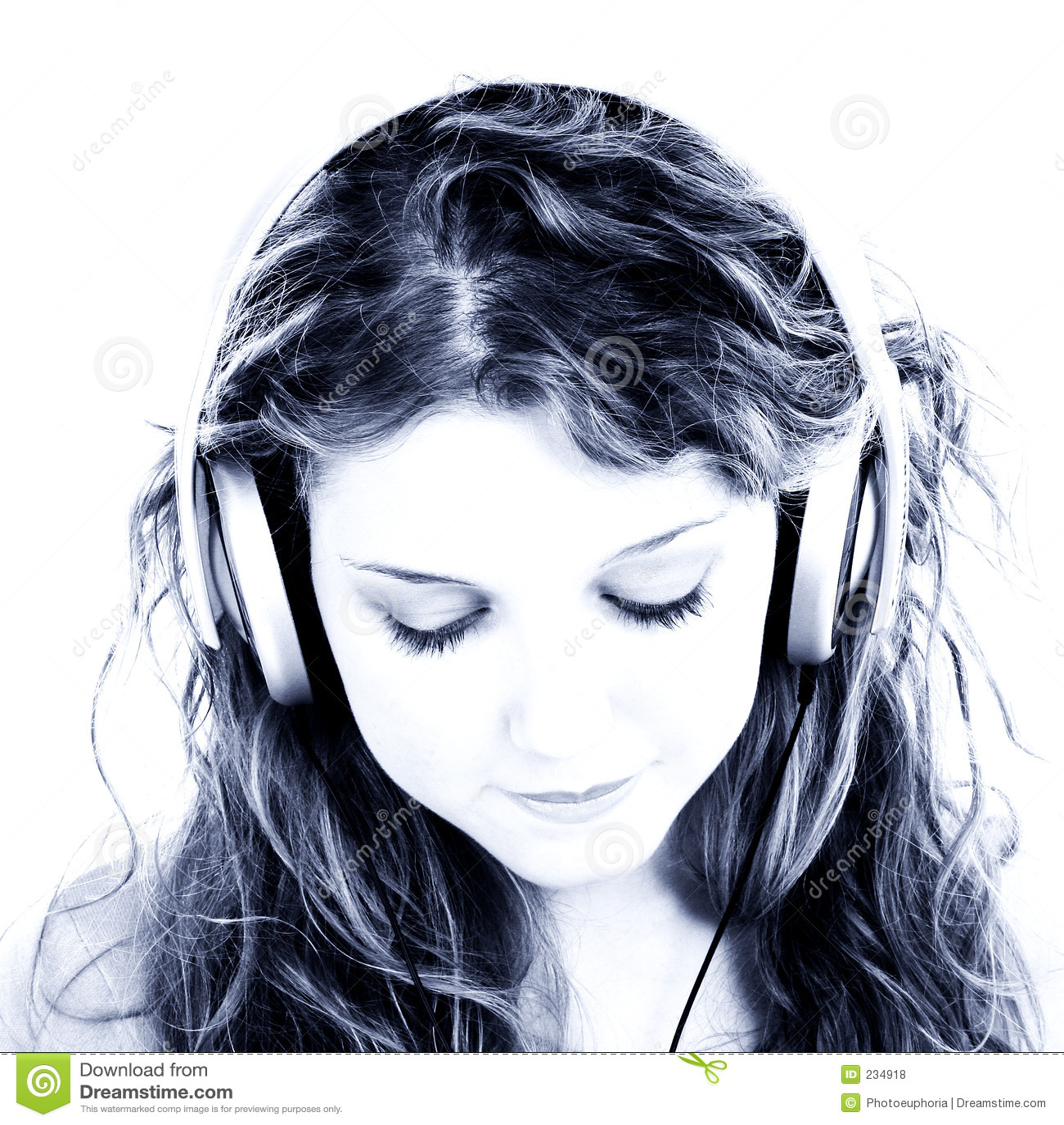 Menina adolescente bonita que escuta auscultadores