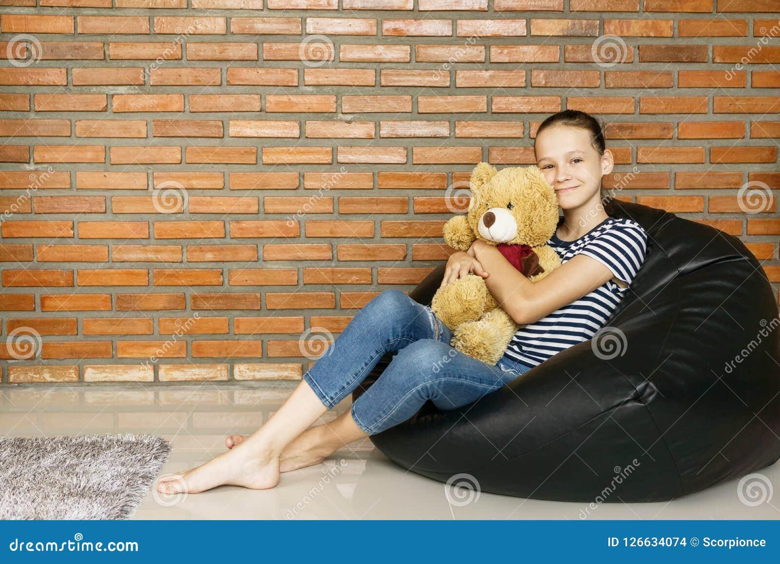 Amazing Menina Adolescente Caucasiano Bonita Que Senta Se Na Cadeira Gmtry Best Dining Table And Chair Ideas Images Gmtryco