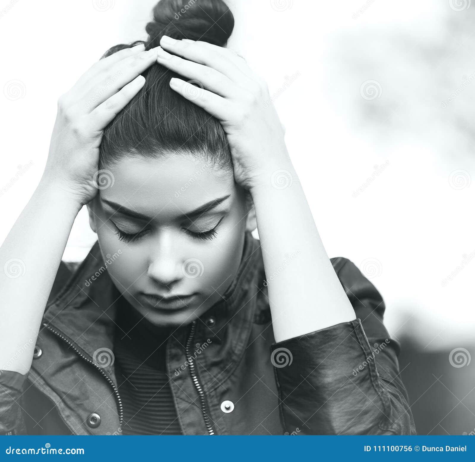 Menina adolescente deprimida que mostra a tristeza e o esforço