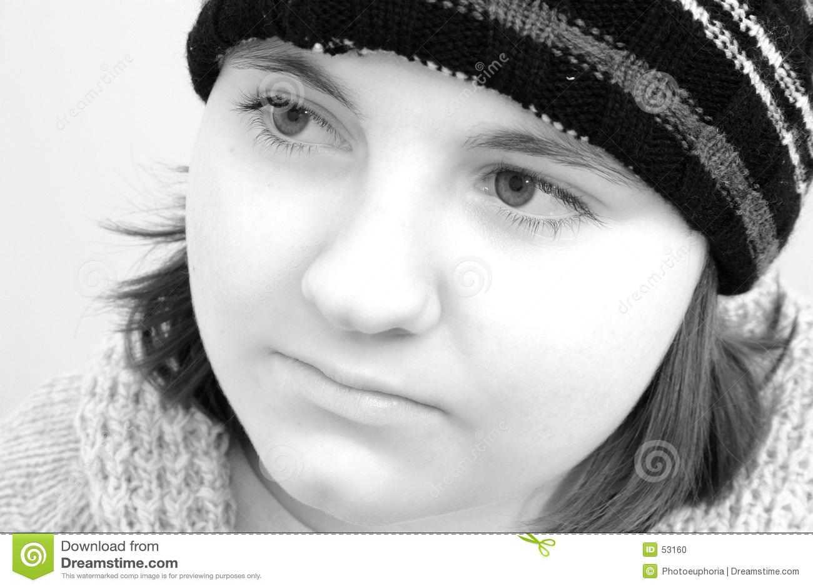 Menina adolescente do inverno em preto & no branco