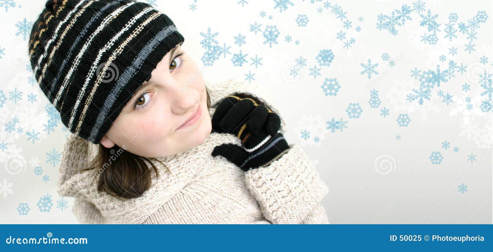 Menina adolescente do inverno no fundo do floco de neve