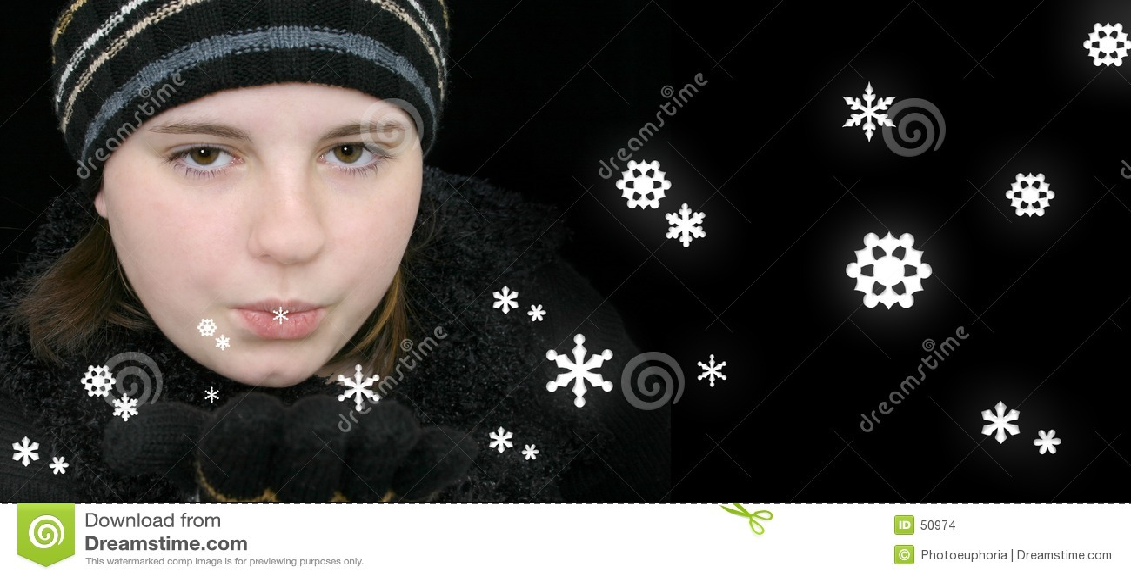Menina adolescente do inverno que funde a neve mágica