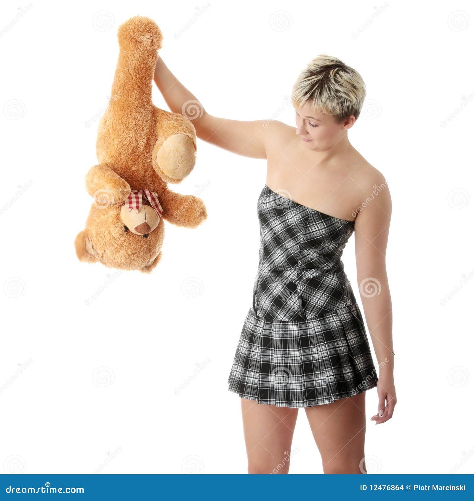 Menina adolescente do punk com urso de peluche