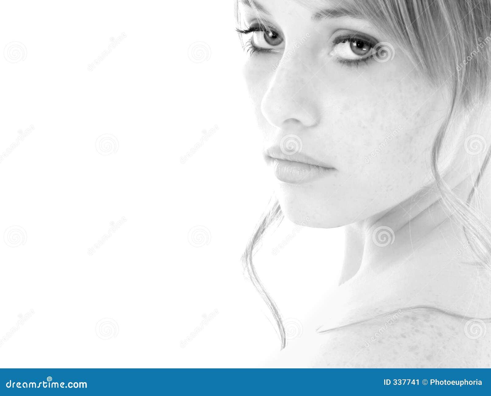 Menina adolescente do retrato preto e branco