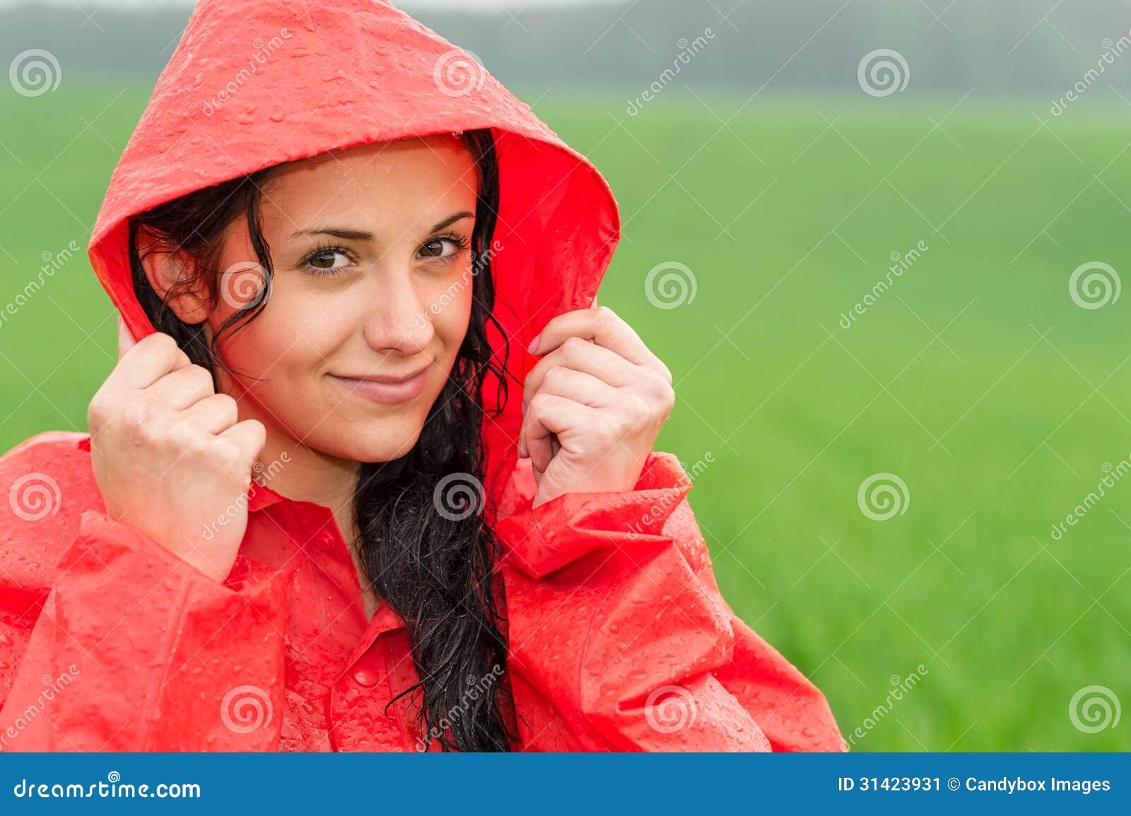 Menina adolescente na chuva no casaco