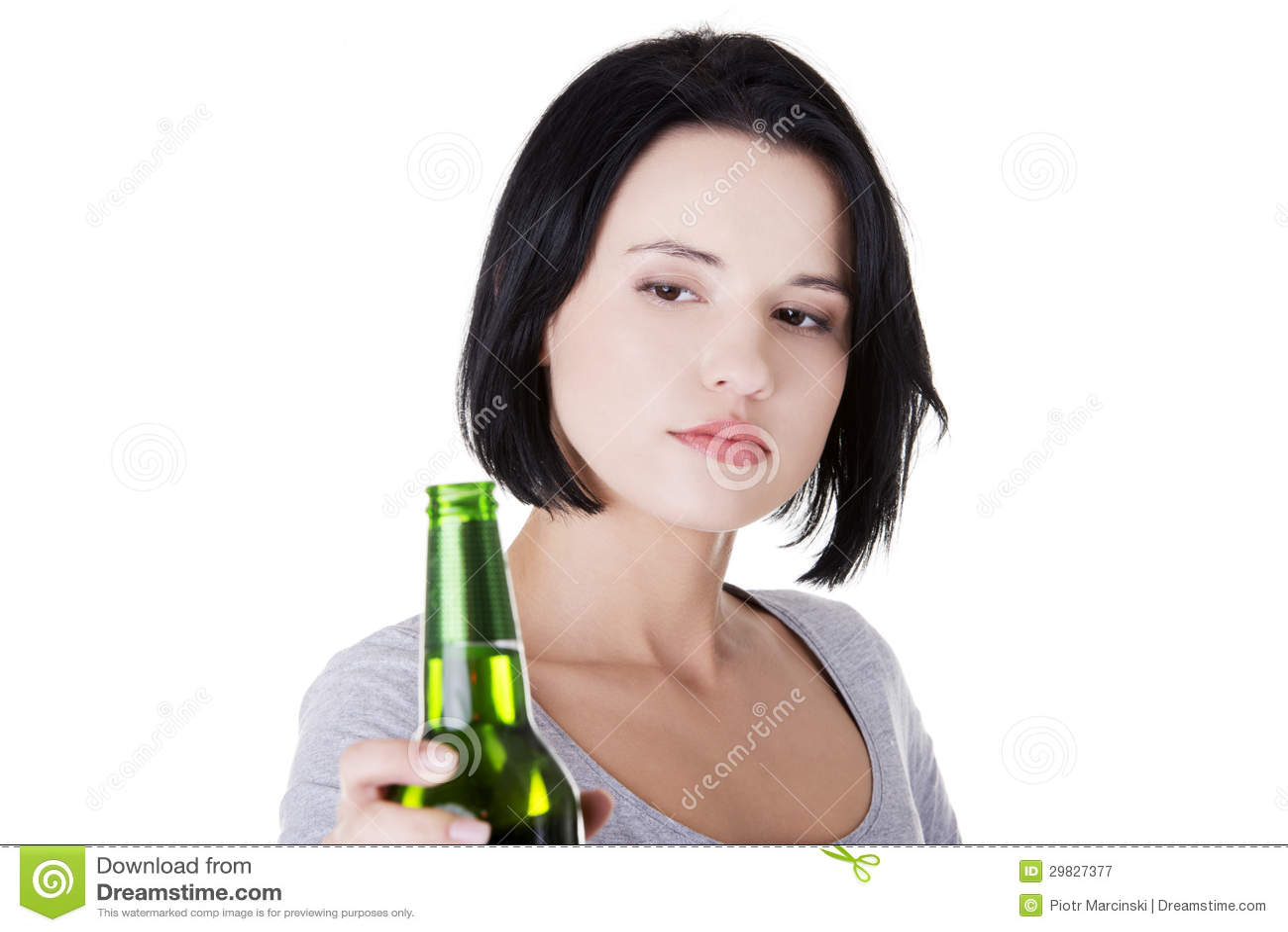Menina adolescente que toma a cerveja