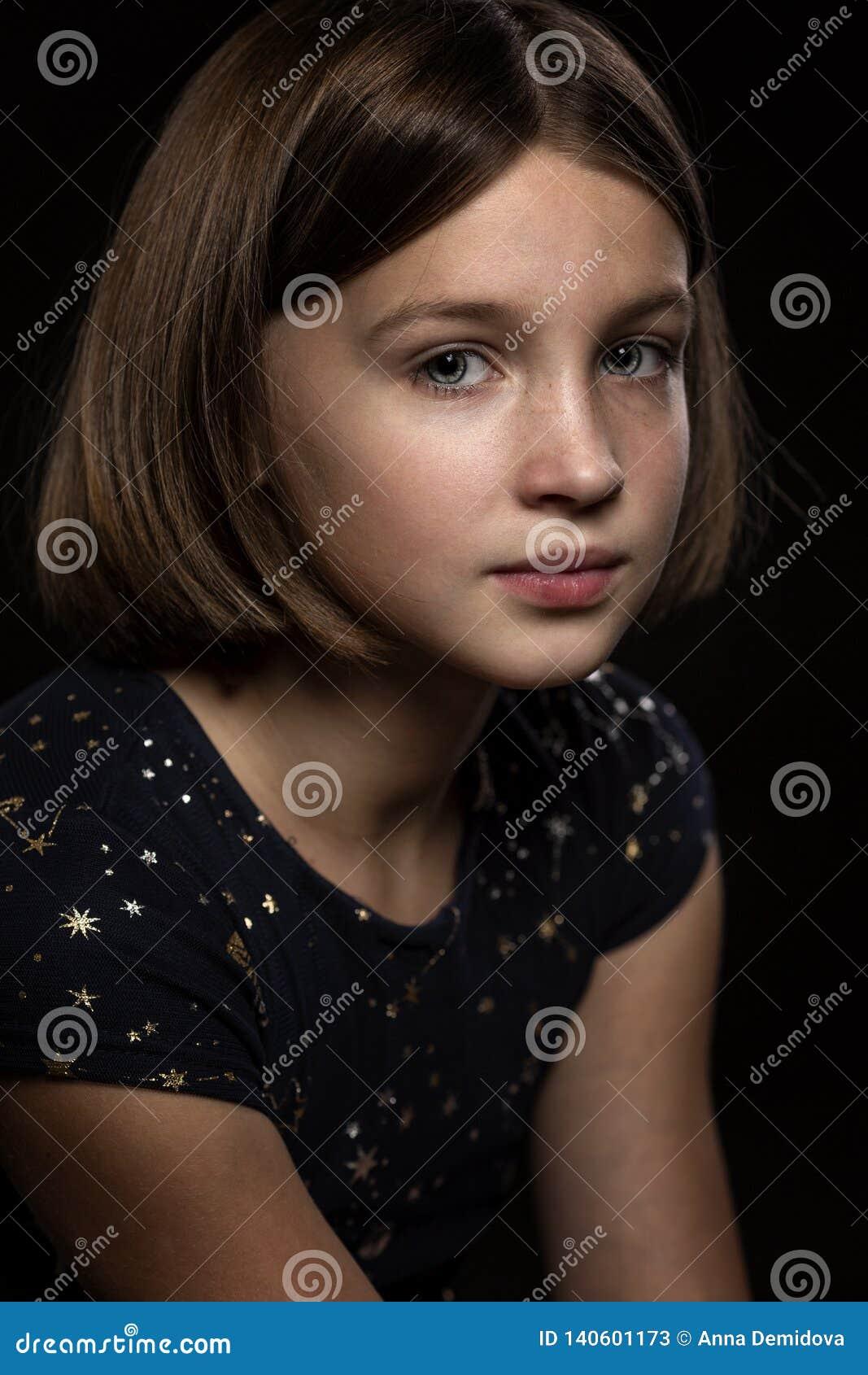 Menina adolescente triste bonita, fundo preto