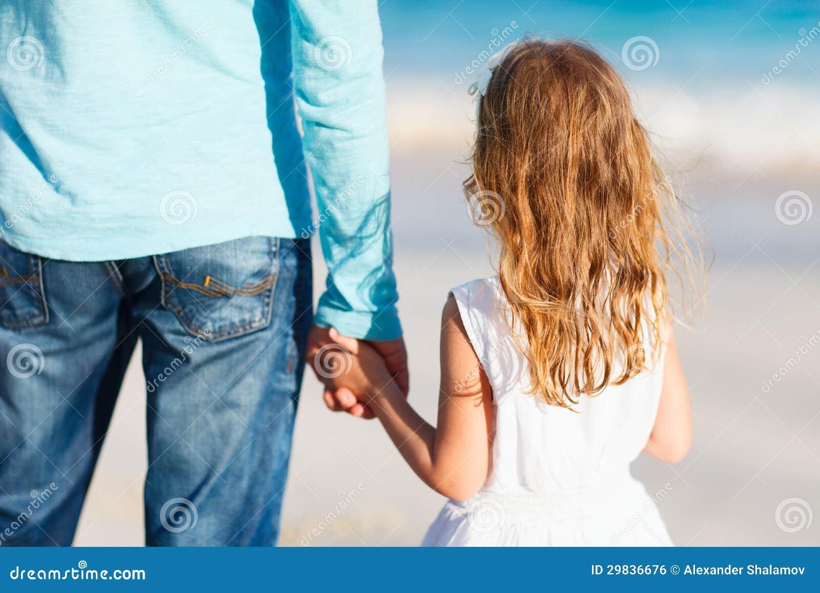 Pai e filha que guardaram as mãos