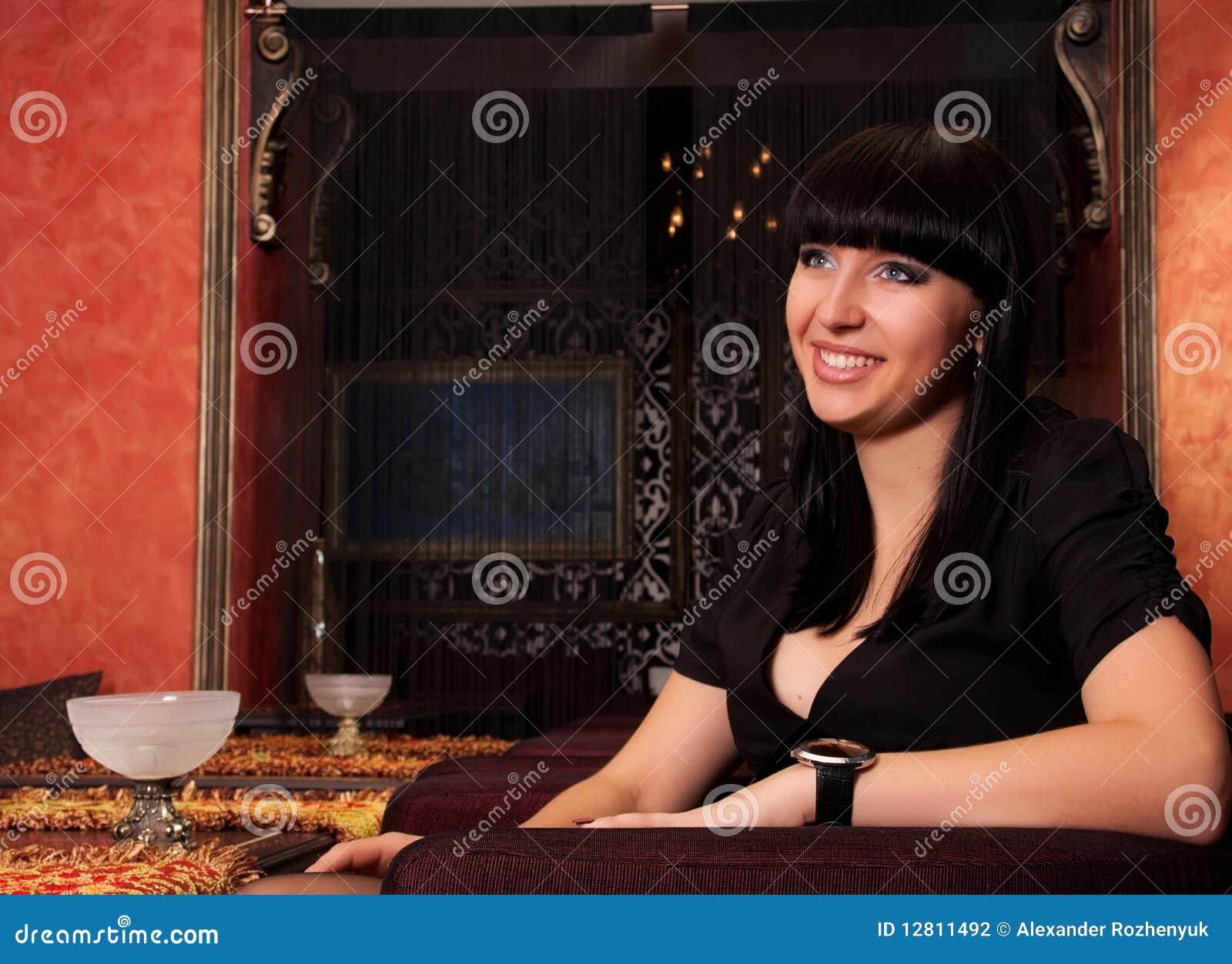 Menina afectuosa no restaurante luxuoso