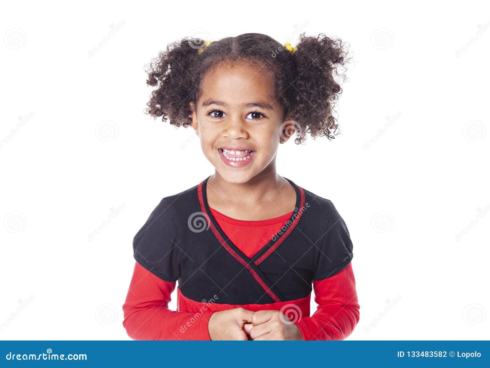 Menina africana adorável com o penteado bonito isolado sobre o branco