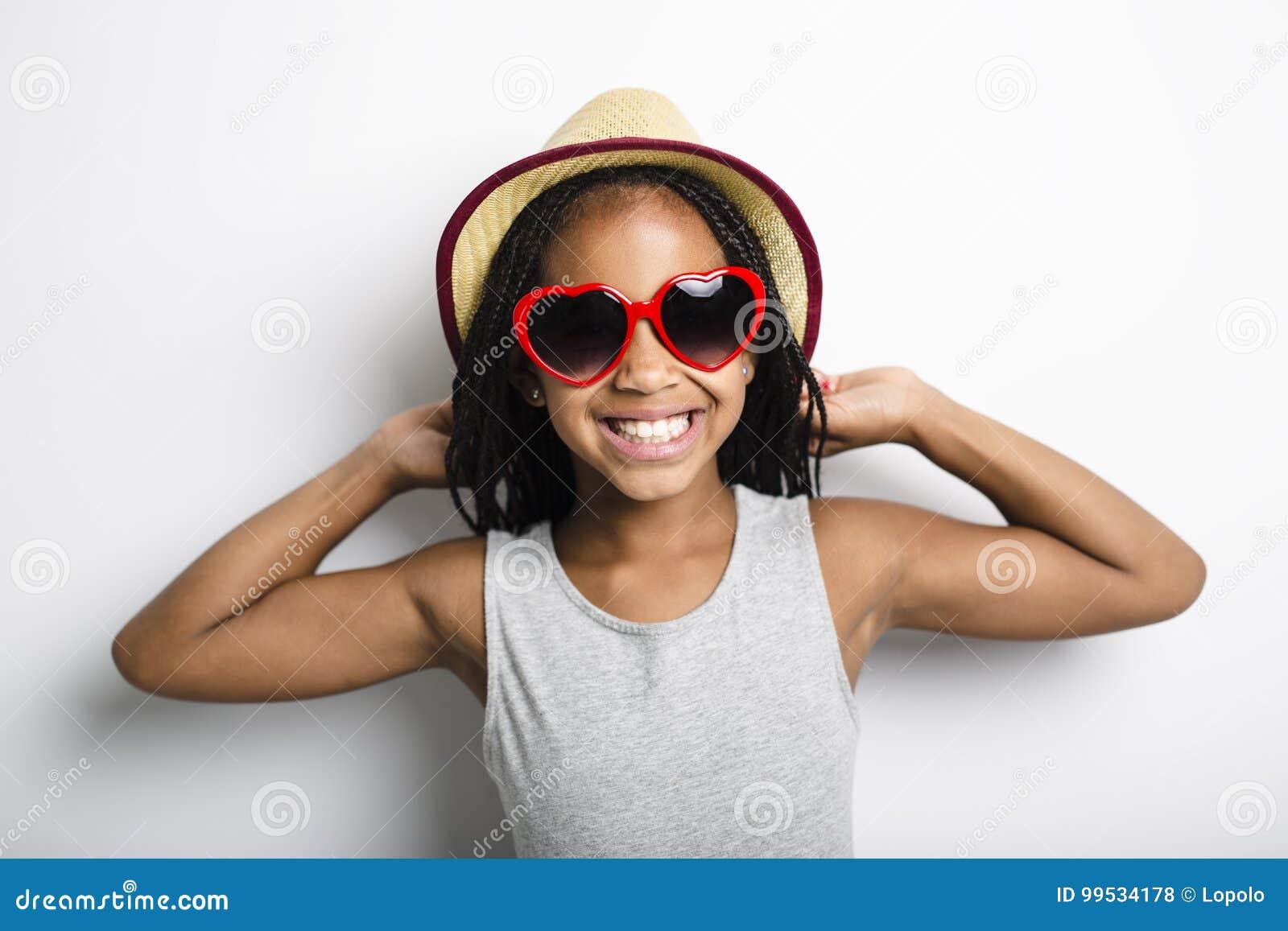 Menina africana adorável no fundo do cinza do estúdio