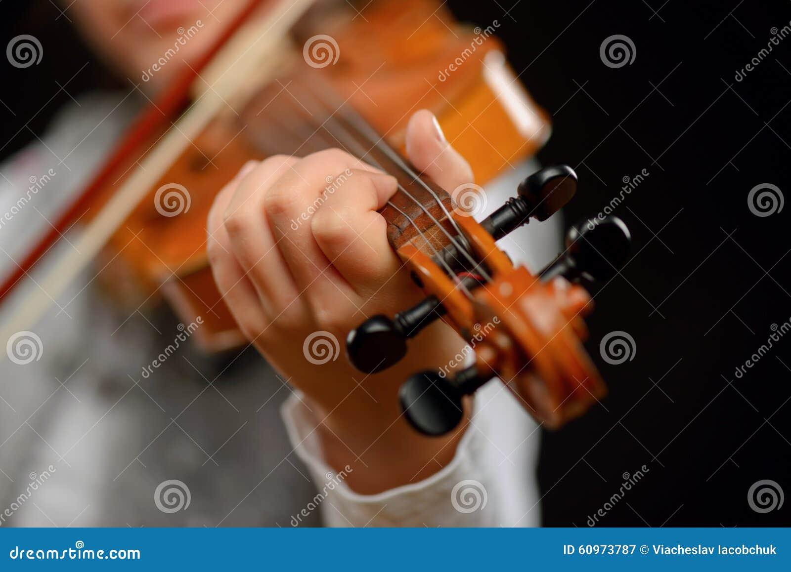 Menina agradável que joga o violino