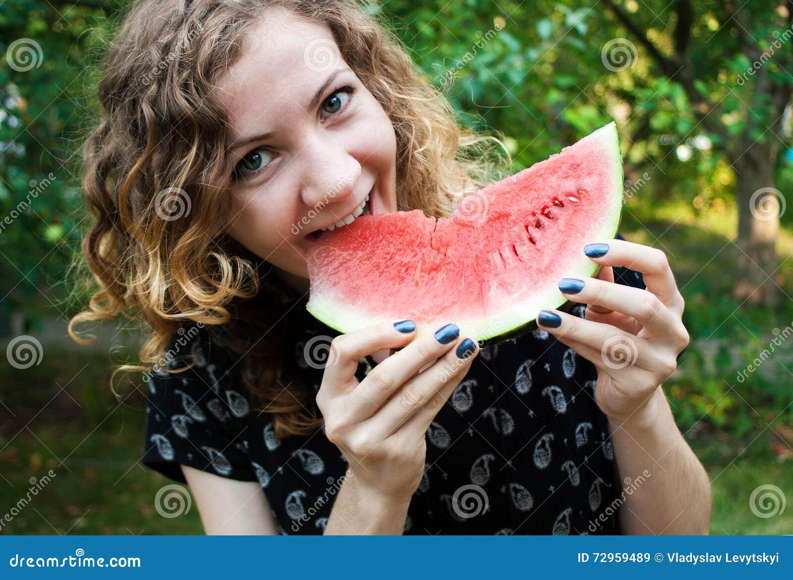 Menina alegre com melancia