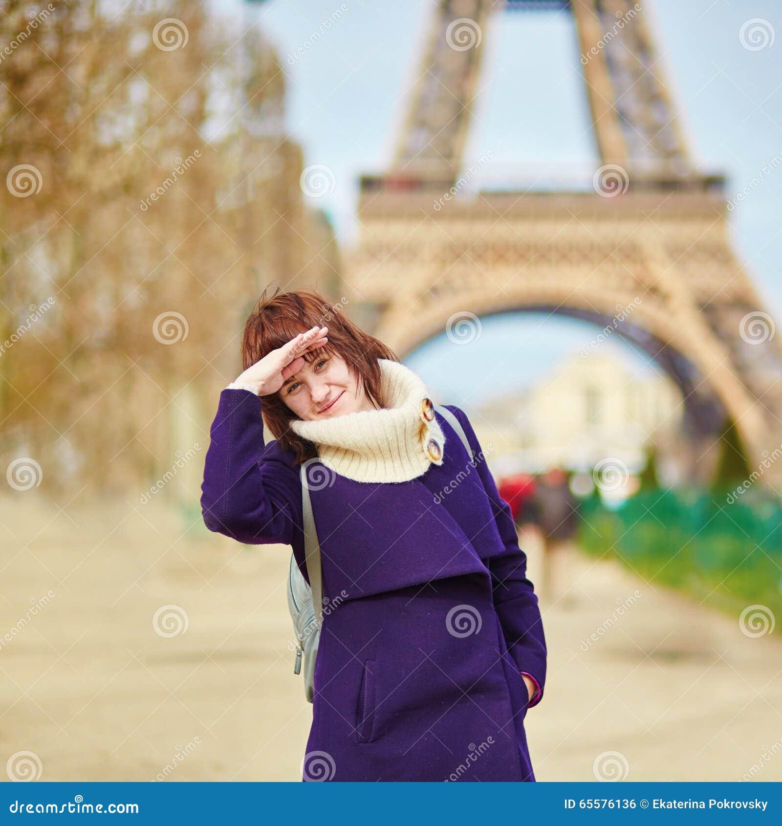 Menina alegre em Paris próximo