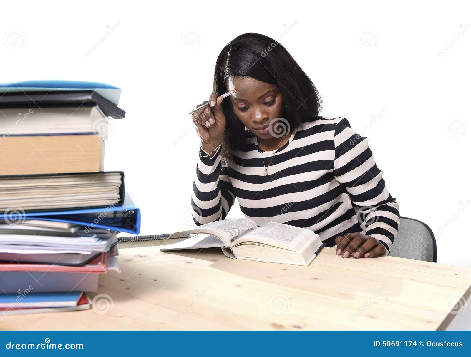 Menina americana do estudante da afiliação étnica do africano negro que estuda o livro de texto