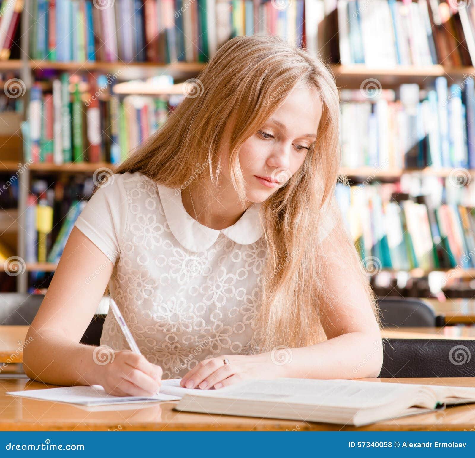 A menina aprende lições antes do exame