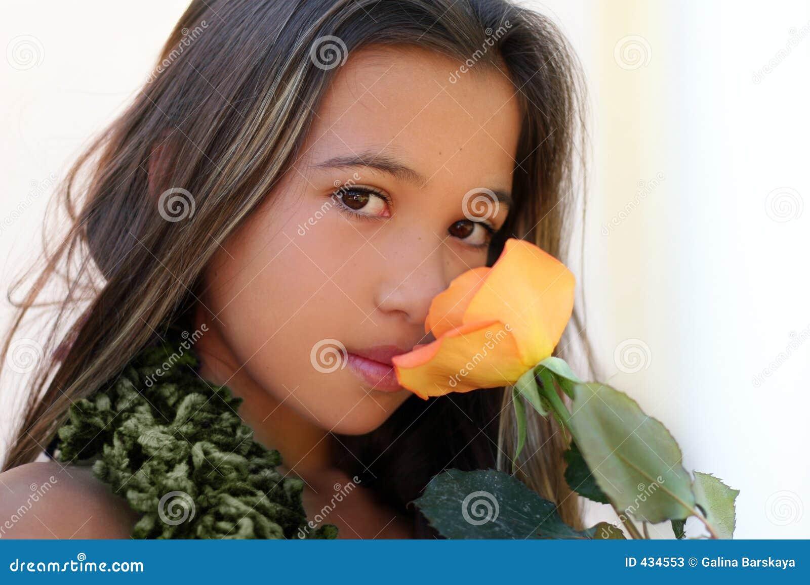 Menina asiática com uma rosa