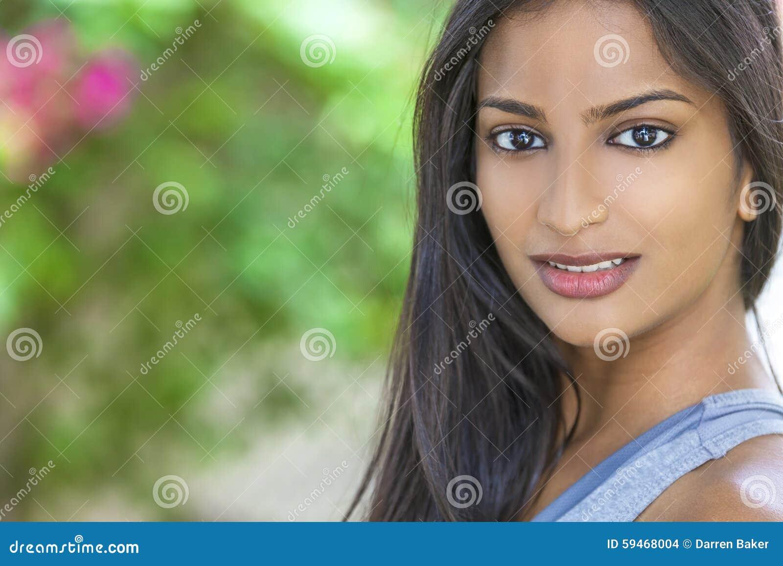 Menina asiática indiana bonita da jovem mulher