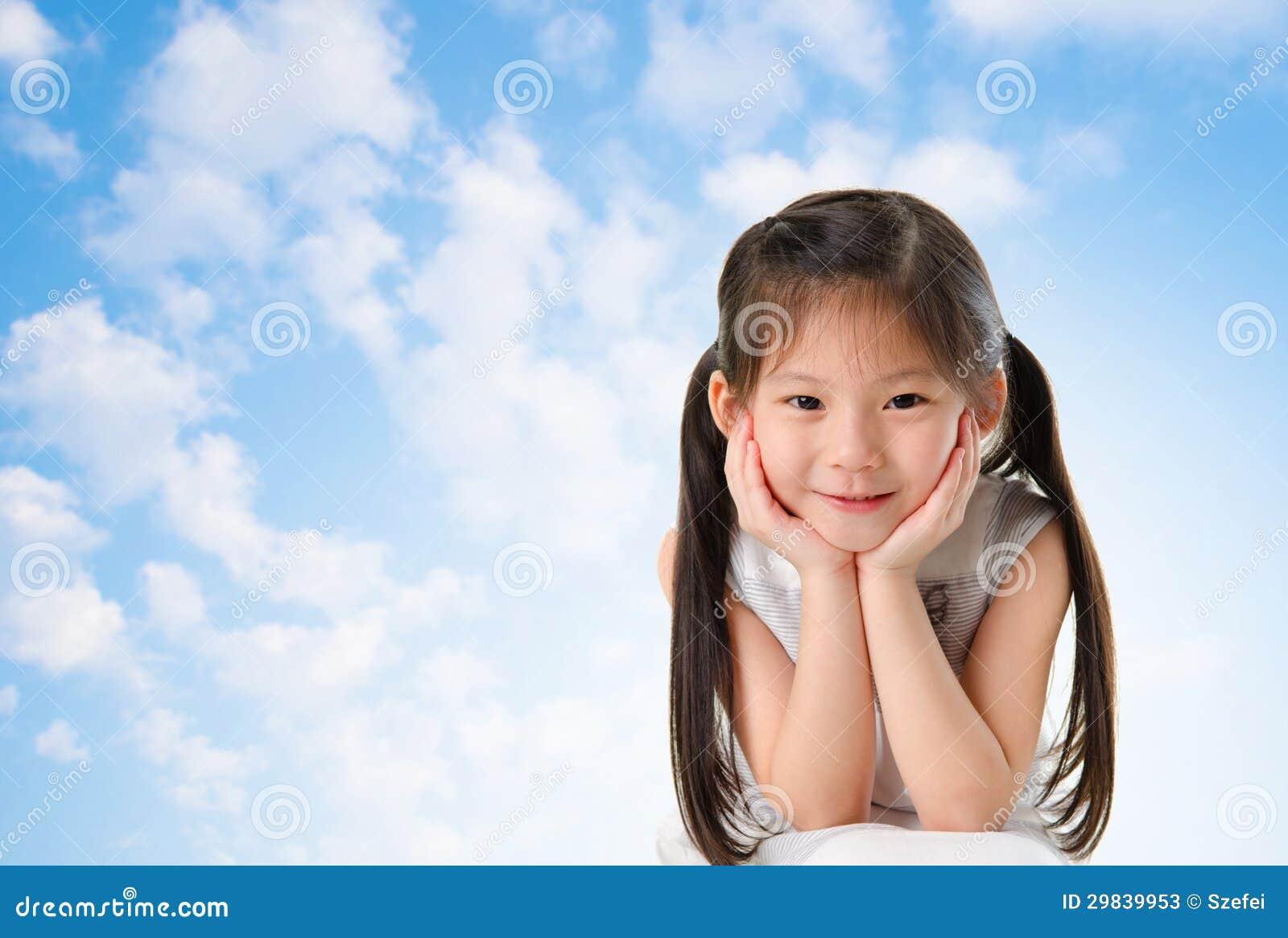 Menina asiática nova com sorriso em sua cara