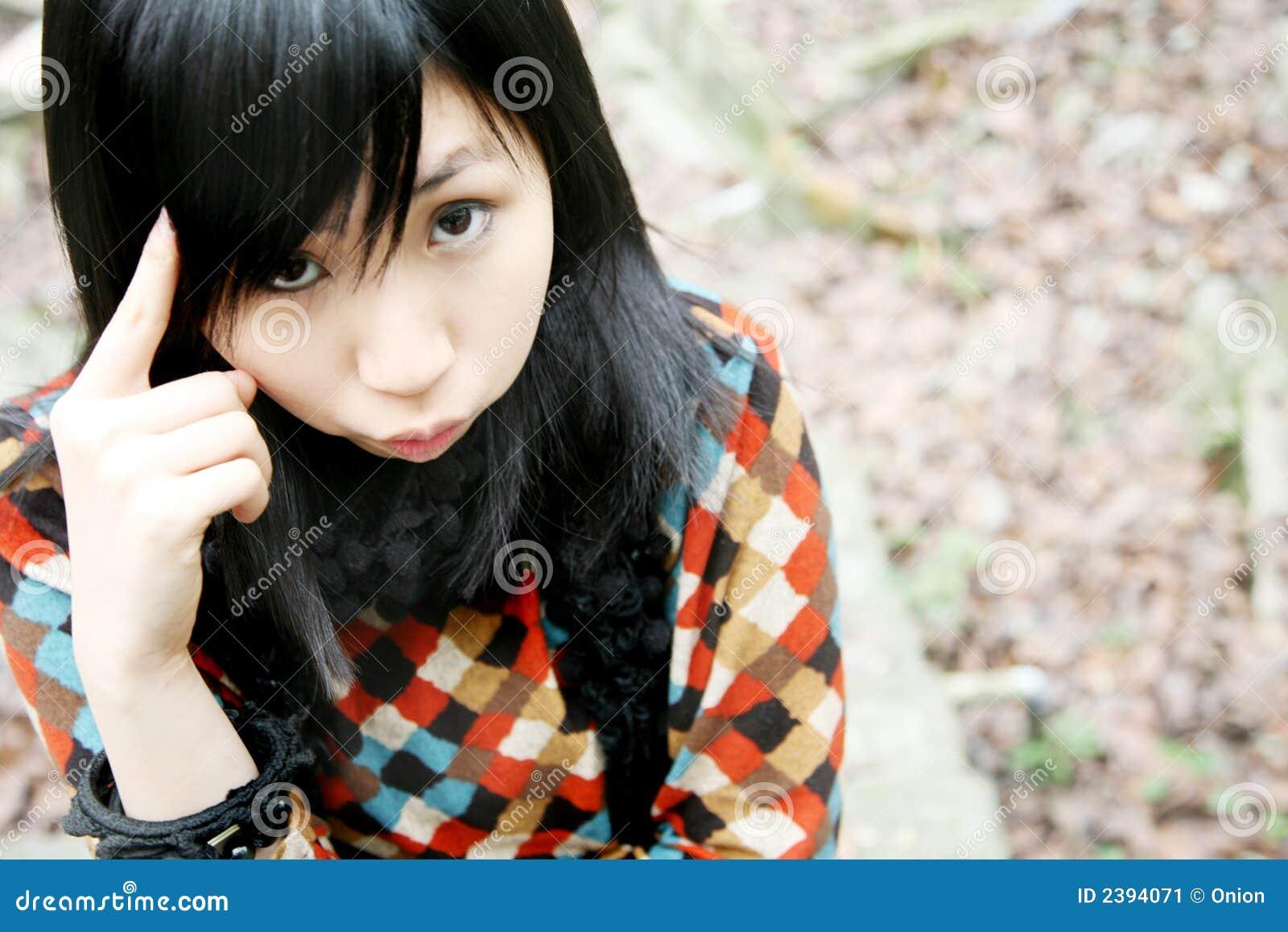 Menina asiática que olha o visor