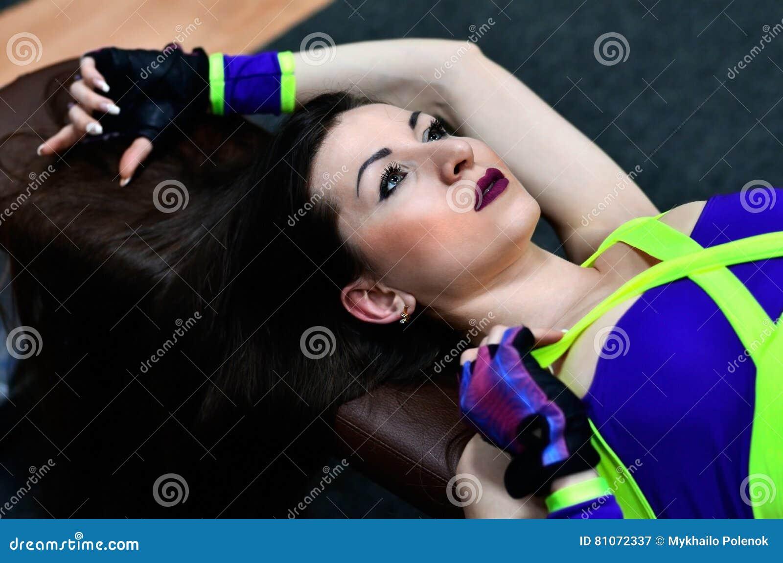 Menina atlética em um gym do esporte
