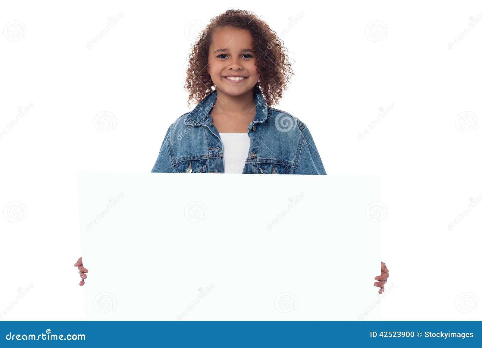 Menina atrás do whiteboard vazio