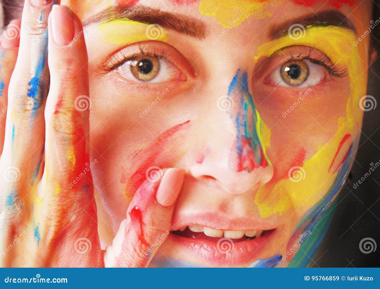 Menina bonita brilhante com composição colorida da arte