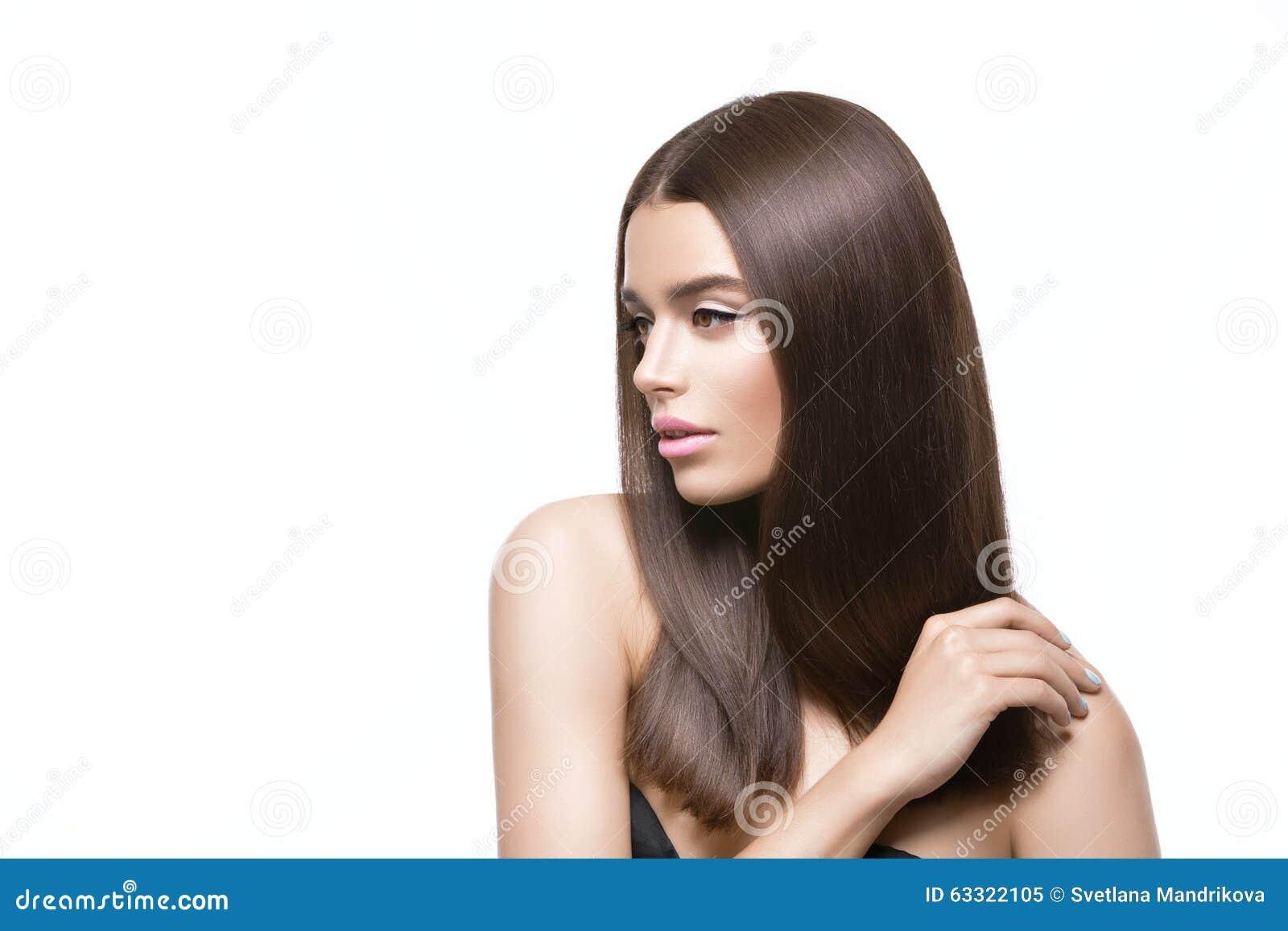 Menina bonita com cabelo brilhante saudável