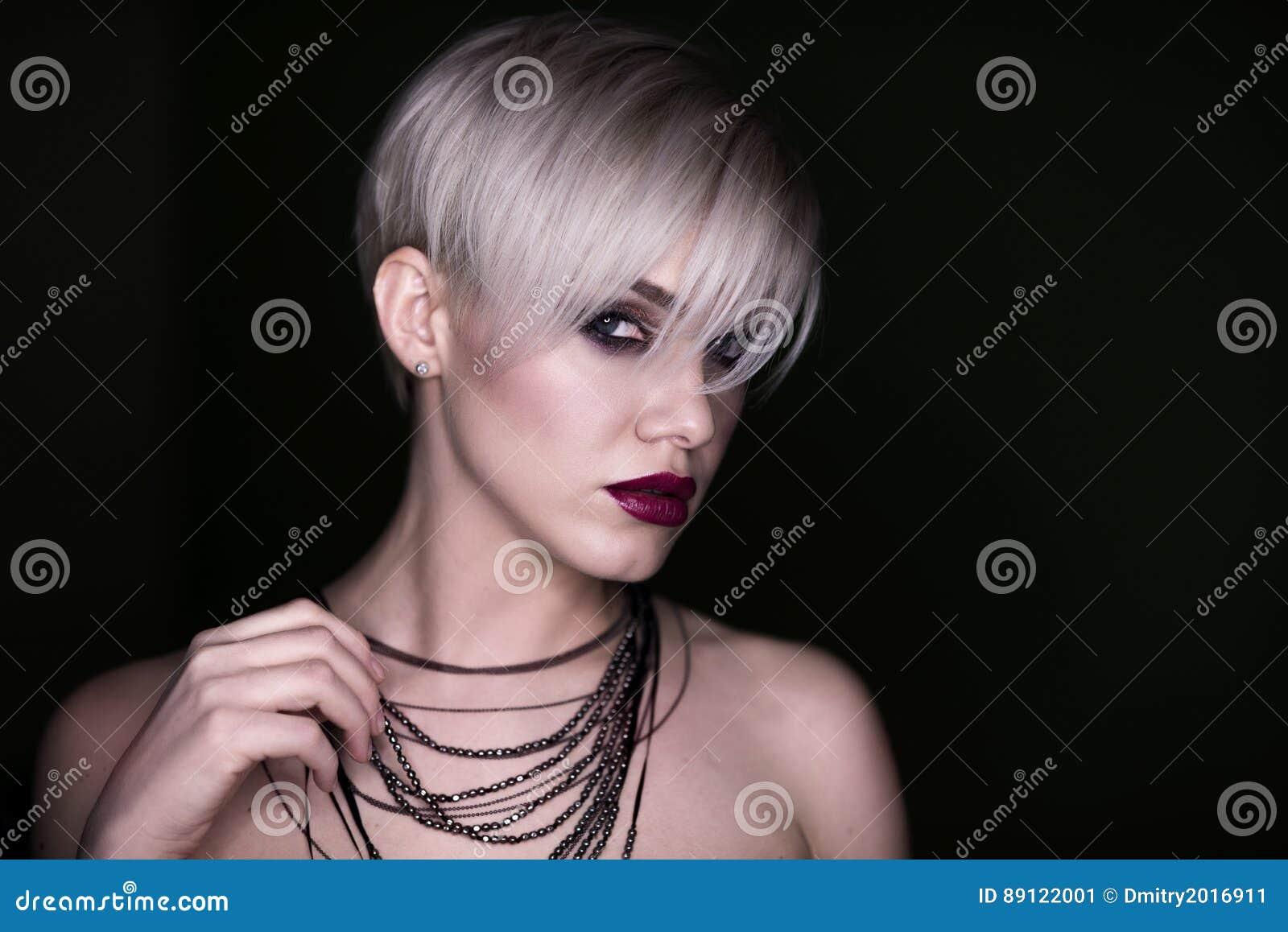 Menina bonita com a composição Retrato da mulher da forma