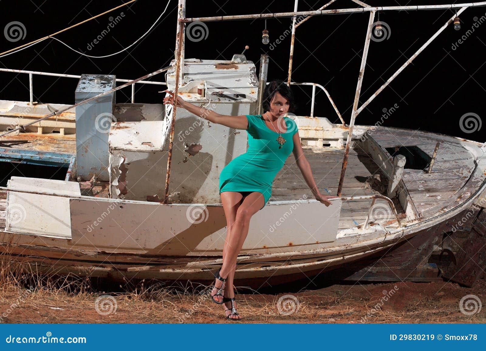 Menina bonita e um barco