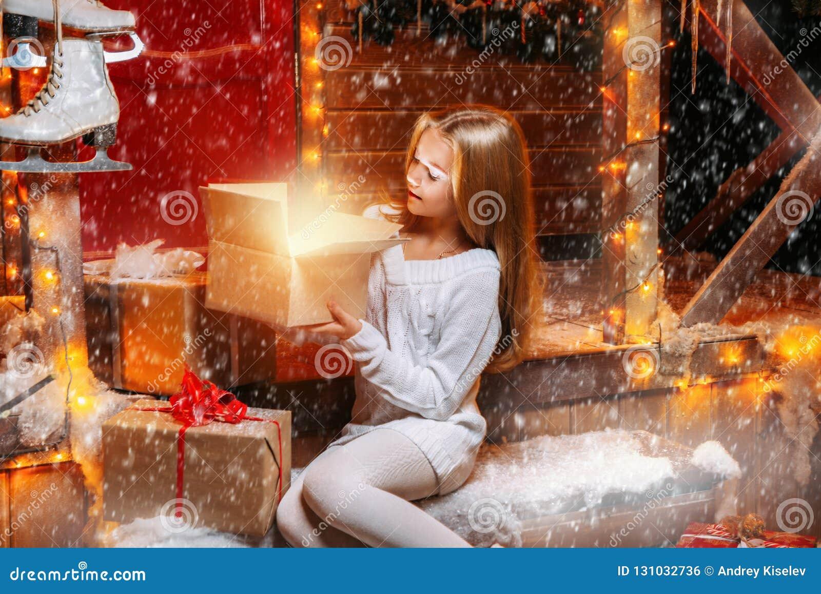 Menina bonita com presentes