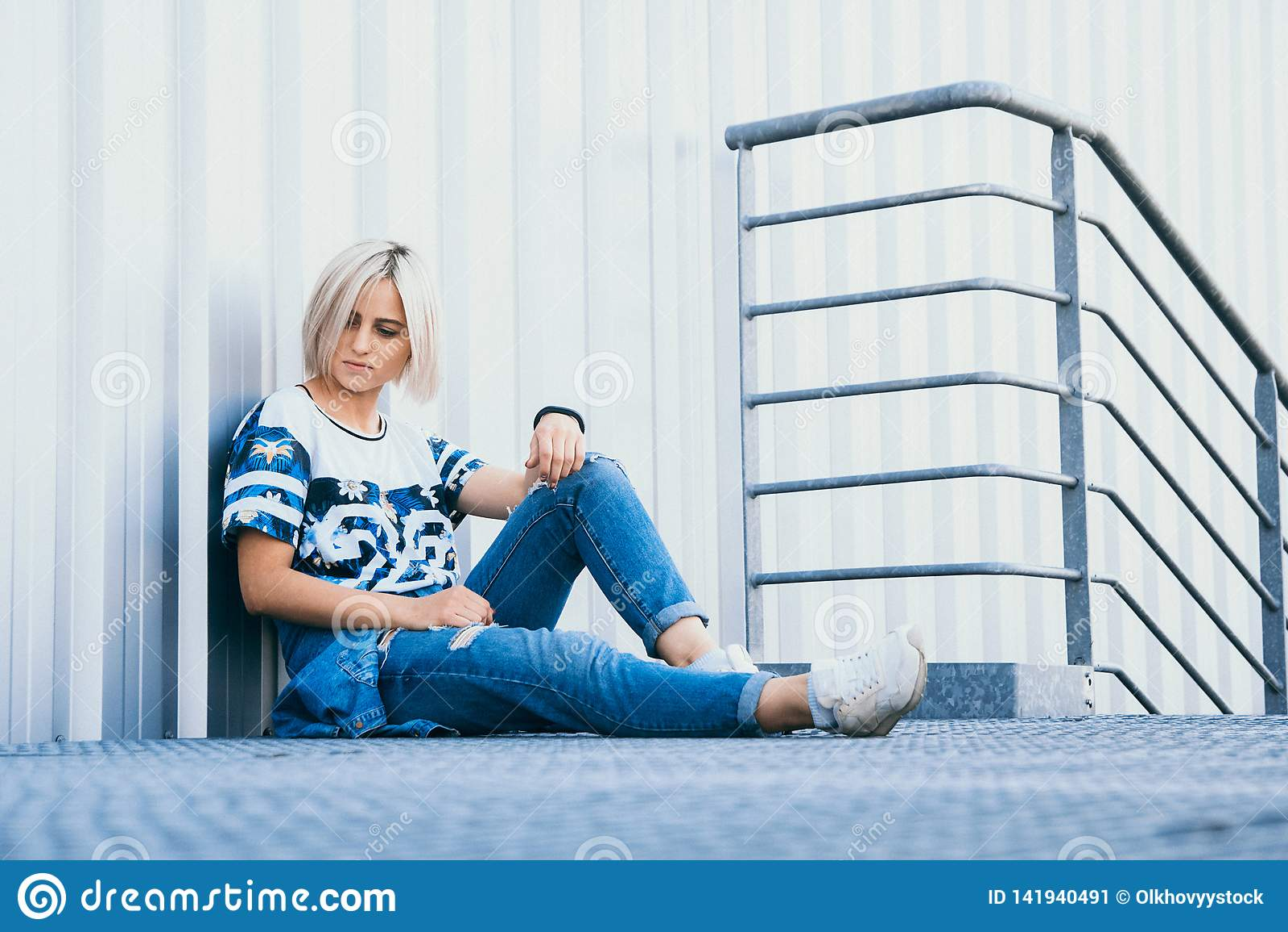Menina bonita da imagem com cabelo branco curto Vestido nas calças de brim no estilo urbano Lugar para o texto