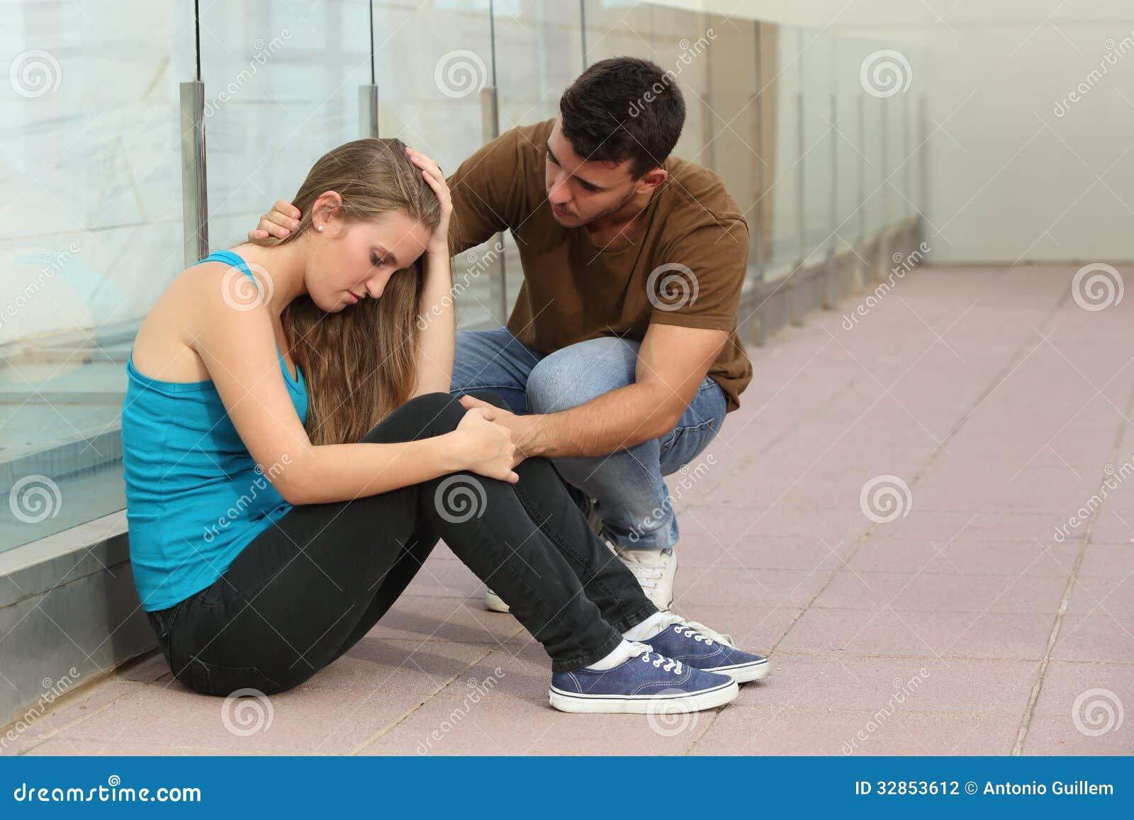 A menina bonita do adolescente preocupou-se e um menino que consola a