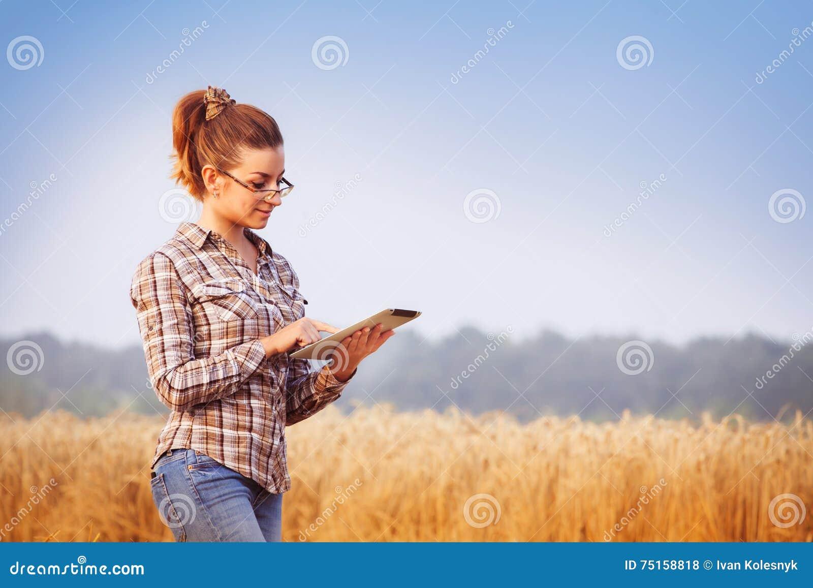 A menina bonita do fazendeiro nos vidros mantém uma contabilidade da colheita do trigo