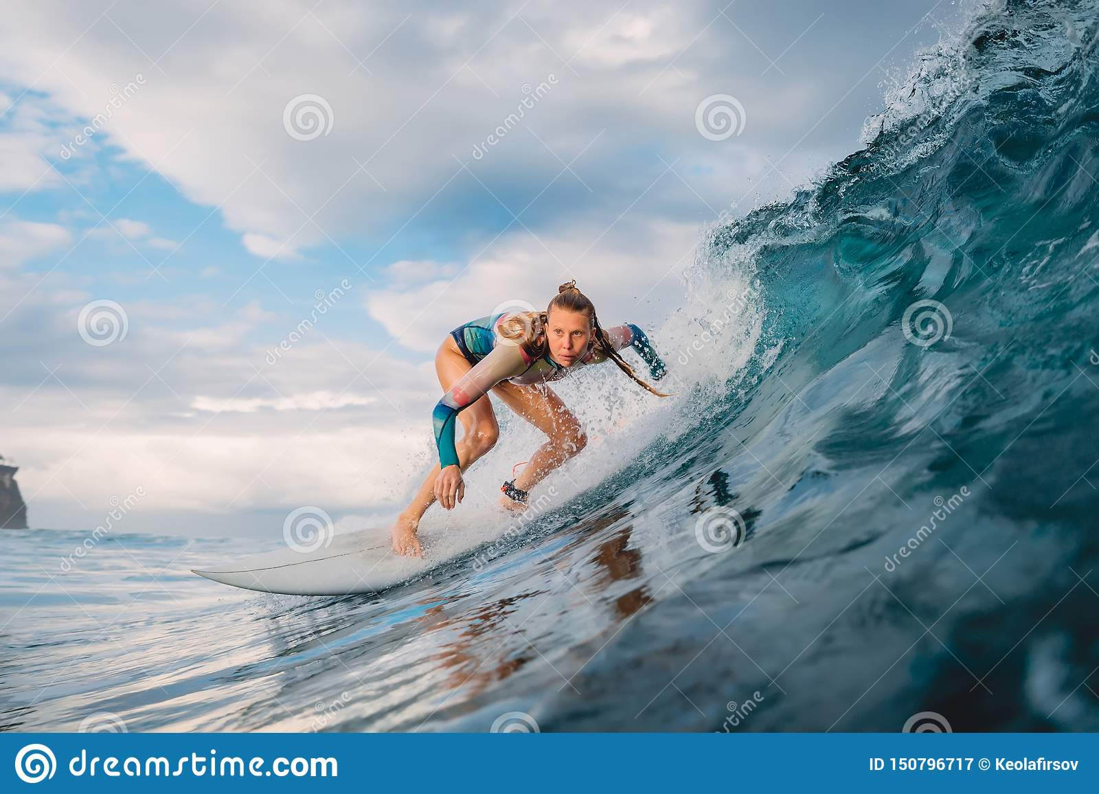 Menina bonita do surfista na prancha Mulher no oceano durante surfar Onda do surfista e do tambor