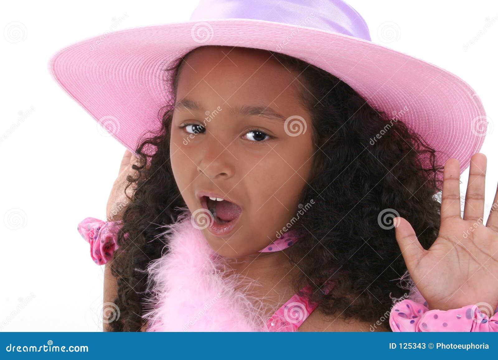 Menina bonita dos anos de idade seis no chapéu cor-de-rosa